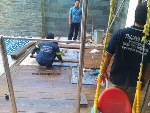 pemasangan wpc deck di kolam renang